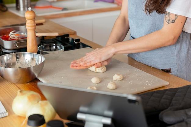 Bouchent les mains préparant la pâte