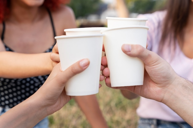 Bouchent les mains tenant des boissons