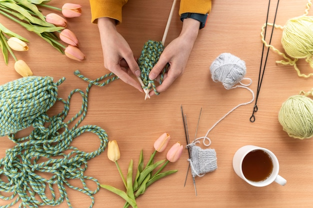 Bouchent les mains à tricoter