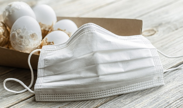 Bouchent le masque facial contre le coronavirus. le concept de la fête de pâques dans une pandémie.