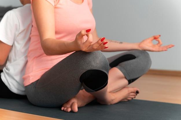 Bouchent la méditation femme et enfant