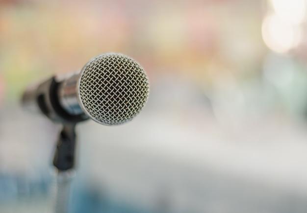 Bouchent le microphone unique dans la salle de réunion avec l'arrière-plan flou