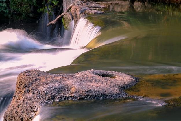 Bouchent la mini cascade en thaïlande
