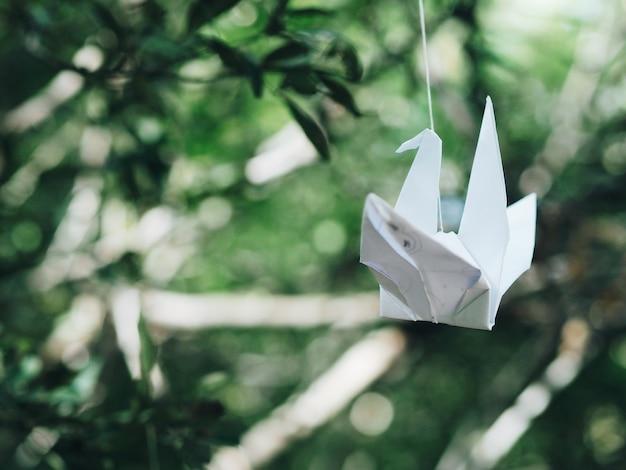 Bouchent origami oiseau dans le jardin.