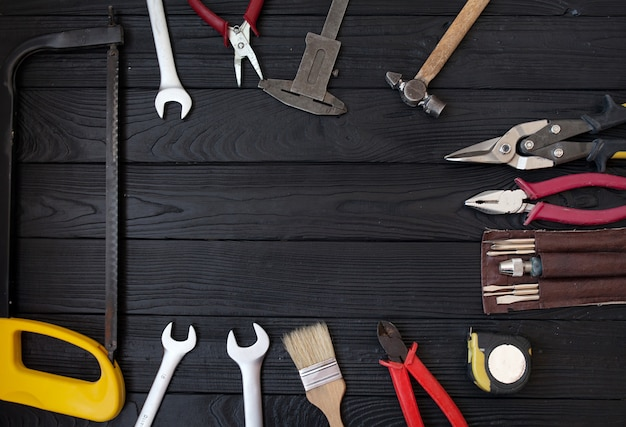 Bouchent les outils sur un fond en bois