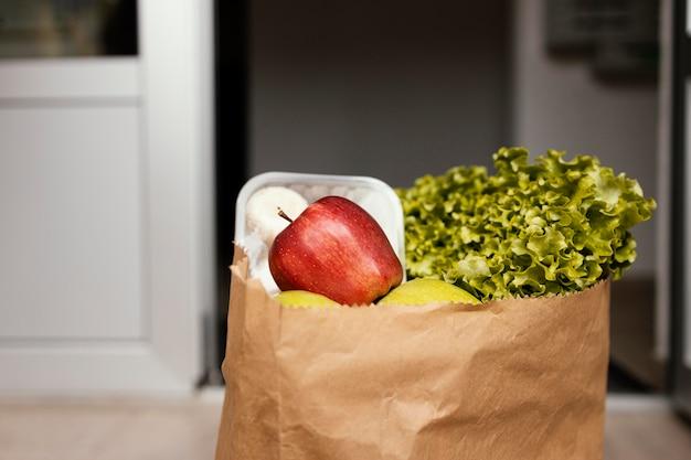 Bouchent le paquet de nourriture