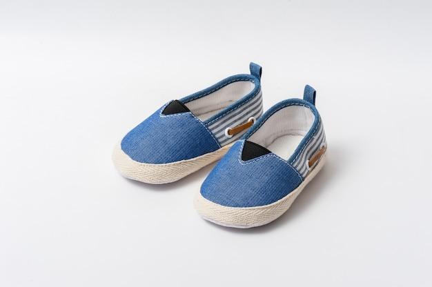 Bouchent les petites chaussures pour bébé