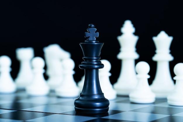 Bouchent les pièces d'échecs sur l'échiquier