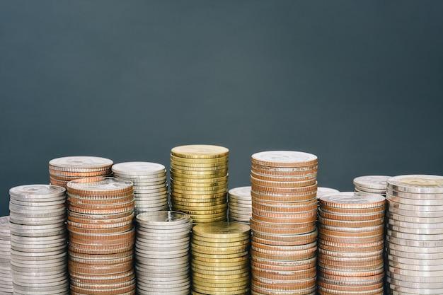 Bouchent la pile de pièces d'or et d'argent isolées
