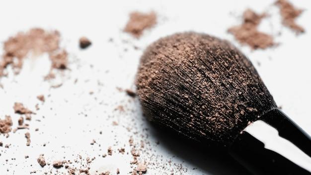 Bouchent le pinceau avec de la poudre de fard à paupières