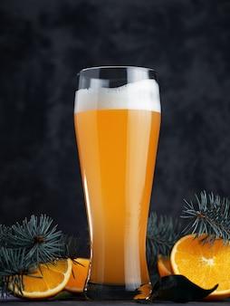Bouchent une pinte de bière ale avec de la mousse