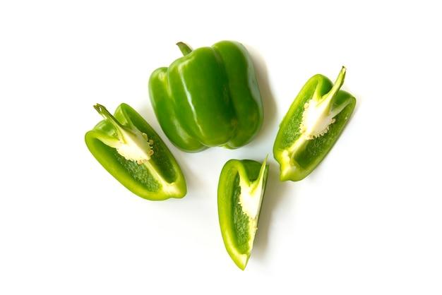 Bouchent les poivrons verts hachés et trancher isolés sur fond blanc