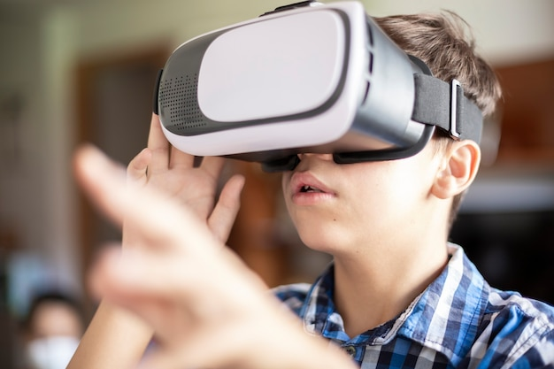 Bouchent le portrait d'un adolescent portant des lunettes de réalité virtuelle.