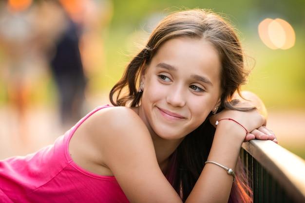 Bouchent le portrait d'une adolescente aux cheveux lilas sur une promenade dans le parc