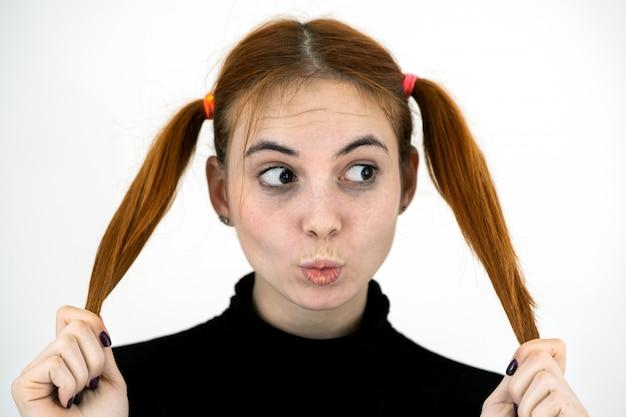 Bouchent portrait d'adolescente jolie rousse donnant un baiser.