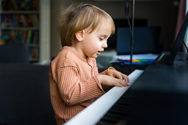 Bouchent le portrait de l'adorable petit garçon en bas âge