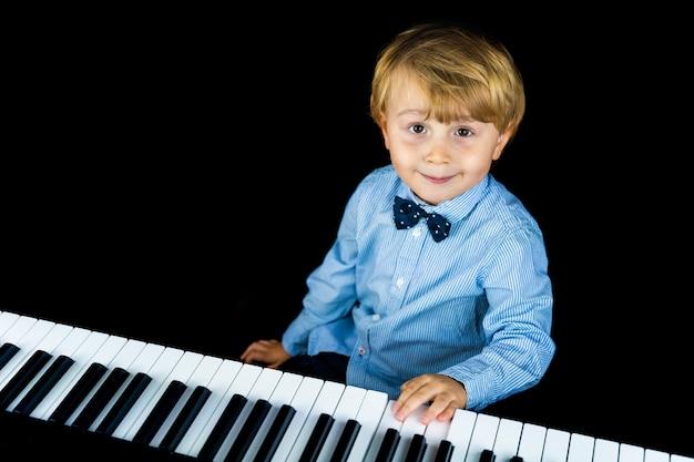 Bouchent le portrait d'adorable petit garçon enfant en bas âge portant une chemise élégante et un noeud papillon.