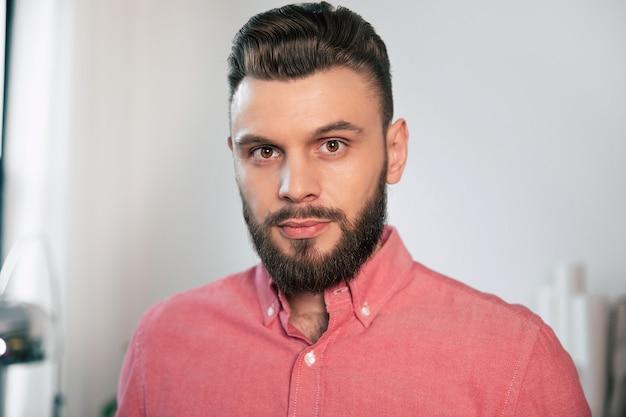 Bouchent Le Portrait D'un Beau Jeune Homme Confiant élégant Barbu Dans La Chemise à La Maison Alors Qu'il Regarde La Caméra Photo Premium