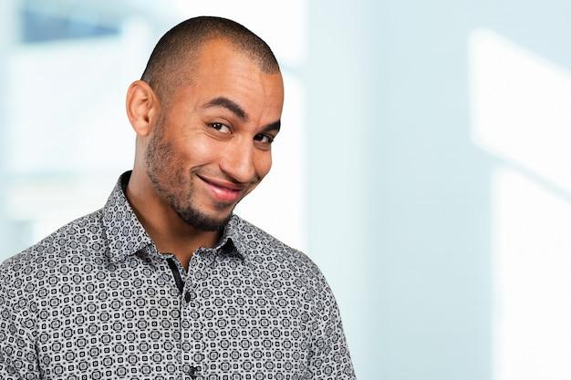 Bouchent le portrait d'un beau jeune homme souriant