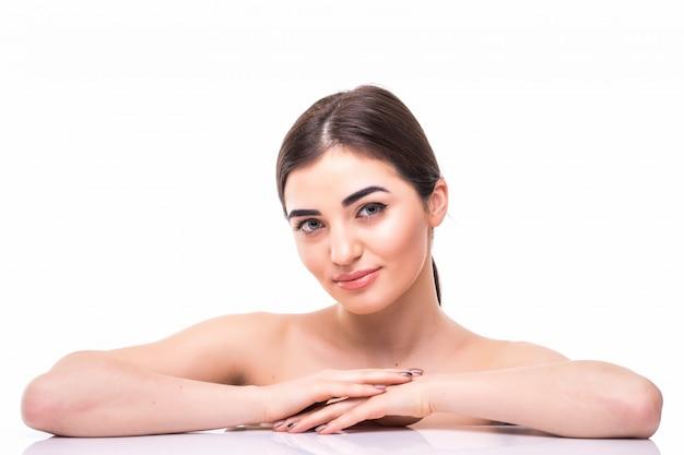 Bouchent portrait de beauté d'une belle femme à moitié nue à l'écart isolé