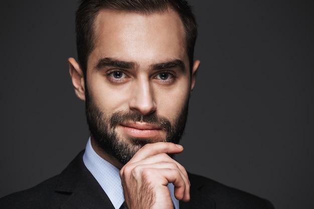Bouchent le portrait d'un bel homme d'affaires confiant portant costume isolé