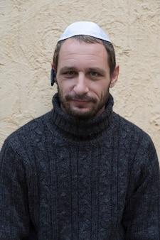 Bouchent le portrait d'un bel homme juif adulte portant une kippa et un pull noir
