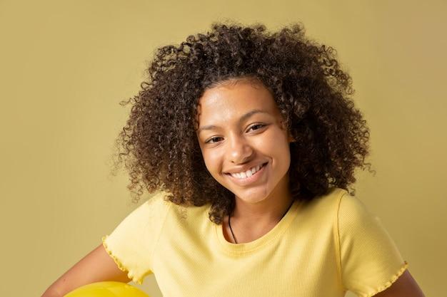 Bouchent le portrait de la belle adolescente