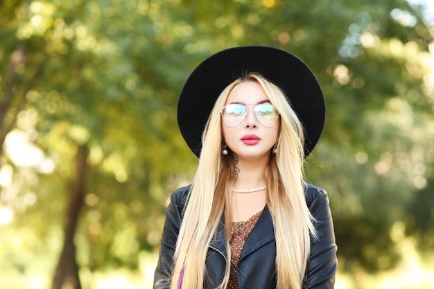 Bouchent le portrait d'une belle fille au chapeau noir