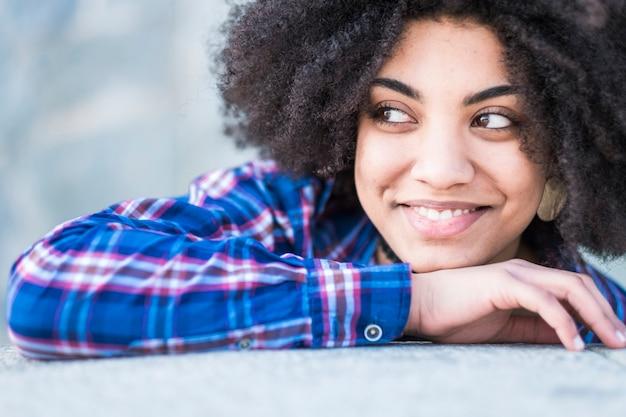 Bouchent le portrait d'une belle fille joyeuse souriante et regardant