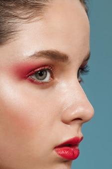 Bouchent le portrait de la belle jeune femme avec un maquillage lumineux.