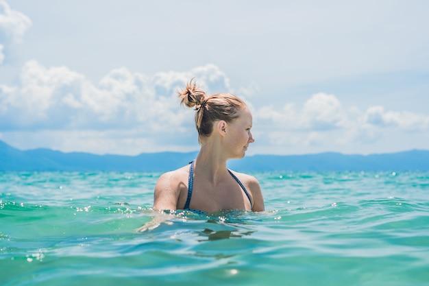 Bouchent le portrait de la belle jeune femme sur la plage