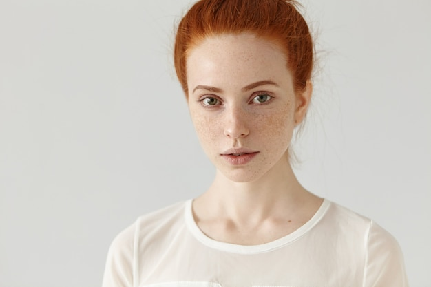 Bouchent le portrait de la belle jeune femme de race blanche avec une peau saine de taches de rousseur