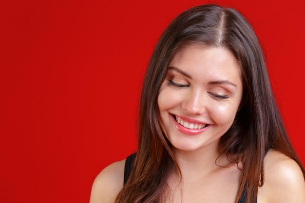 Bouchent le portrait d'une belle jeune femme