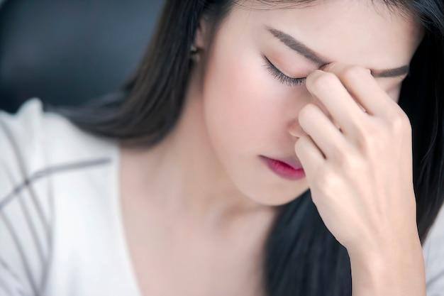 Bouchent le portrait de contrarié ou fatigué belle femme