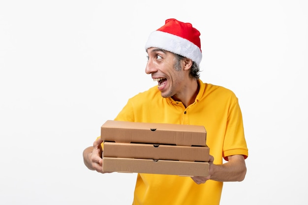 Bouchent le portrait d'un courrier mâle portant un chapeau de père noël isolé
