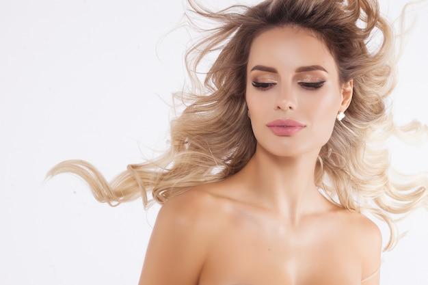 Bouchent le portrait du beau modèle blonde isolé sur blanc
