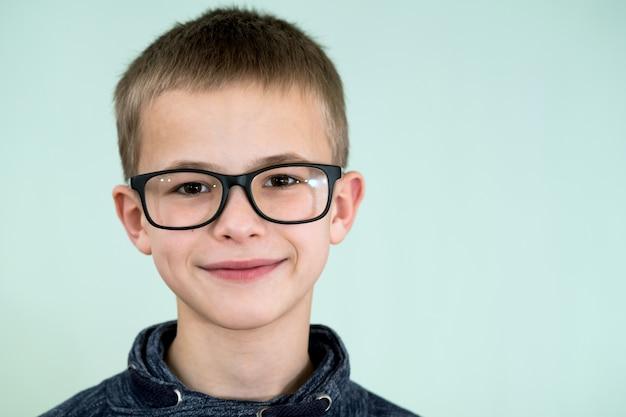 Bouchent le portrait d'un écolier enfant portant des lunettes.