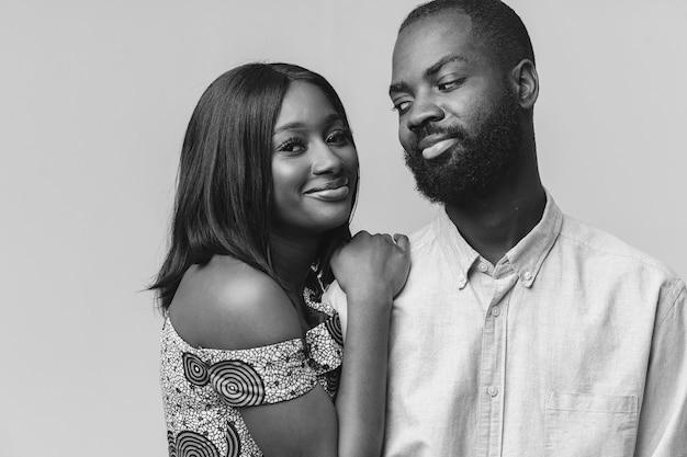 Bouchent le portrait d'un élégant couple africain