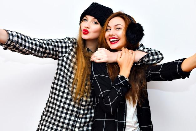 Bouchent le portrait émotionnel de deux sœurs excitées embrassant.