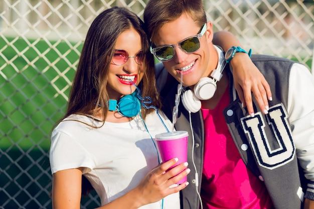 Bouchent le portrait d'été du joli jeune couple hipster amoureux posant en plein air