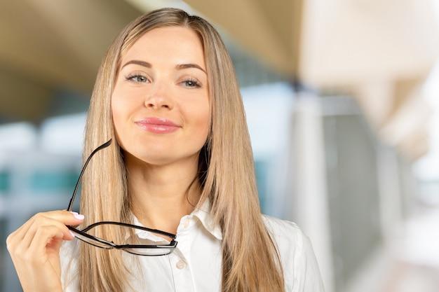 Bouchent le portrait d'une femme d'affaires professionnel souriant