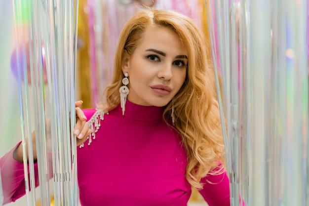 Bouchent le portrait d'une femme blonde de luxe avec des cheveux ondulés parfaits et du maquillage