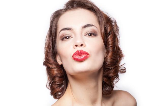 Bouchent le portrait d'une femme caucasienne sexy donnant baiser