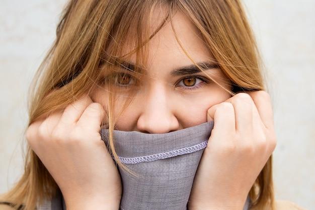Bouchent portrait femme enveloppée dans une écharpe