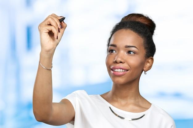 Bouchent le portrait d'une femme heureuse pointant