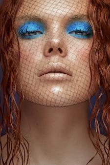 Bouchent le portrait d'une fille au gingembre portant du maquillage de mode