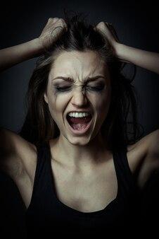 Bouchent le portrait d'une fille qui crie peur