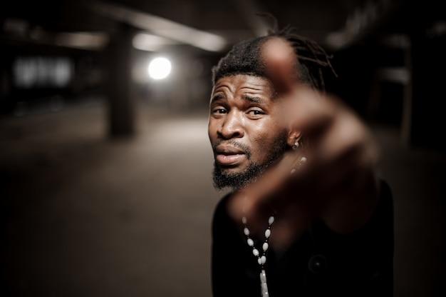 Bouchent le portrait d'un gars américain afro avec la main tendue