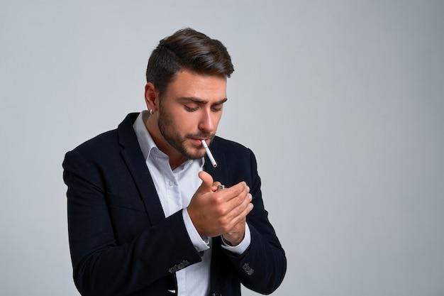 Bouchent portrait homme d'affaires jeune homme. costume homme caucasien