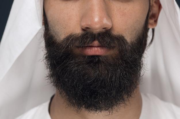 Bouchent le portrait d'homme d'affaires saoudien arabe sur bleu foncé